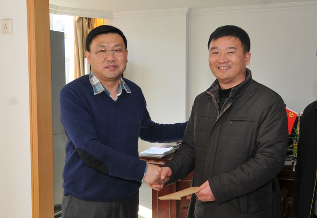 图为集团公司党委委员,副总经理张胜慰问长城置业职工